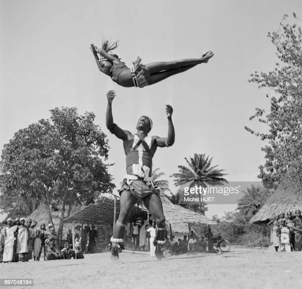 Jeune danseuse acrobate Dan en Cote d'Ivoire circa 1950