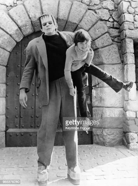 Jeune enfant dans les bras de Frankenstein lors d'une visite aux studios Universal à Hollywood Los Angeles en Californie aux EtatsUnis