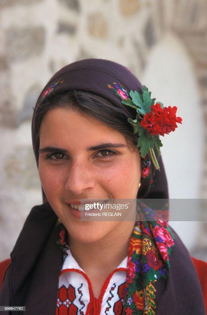 Jeune femme bulgare en costume traditionnel en juin 2000 en Bulgarie ... 6091bc78d5c