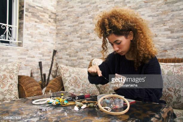 jeune femme crée des bijoux