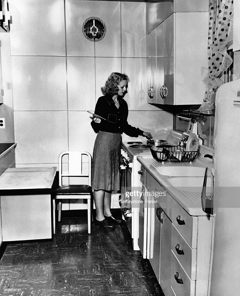 Jeune Femme Cuisinant Dans Une Cuisine Très Moderne News Photo