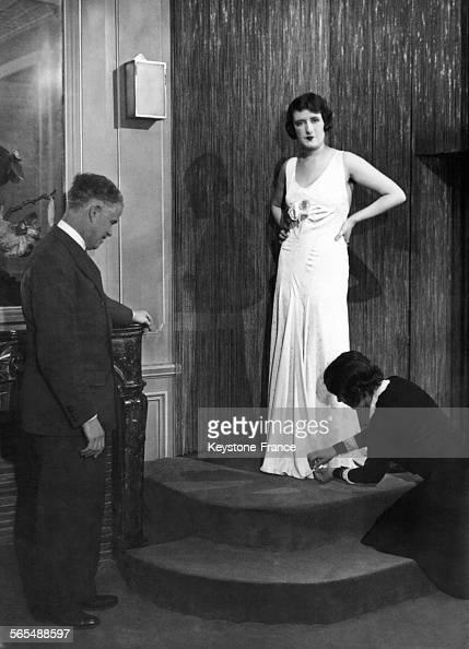 Jeune Femme Dans Un Salon De Couture Circa 1910 News Photo