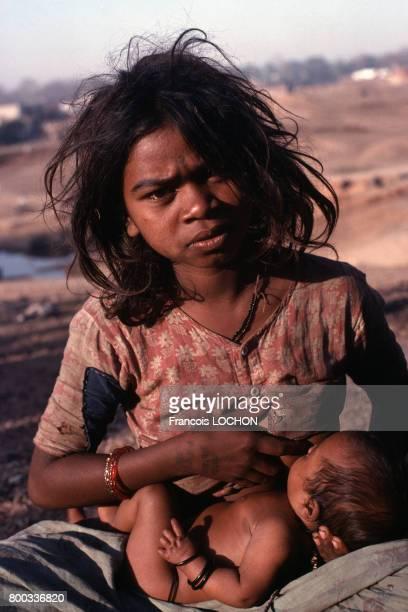 Jeune femme donnant le sein à son enfant en mars 1977 en Inde