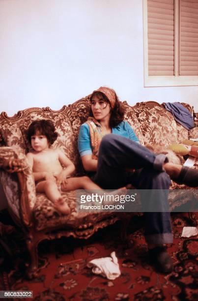 Jeune femme et enfant dans un canapé en mai 1977 en Israël