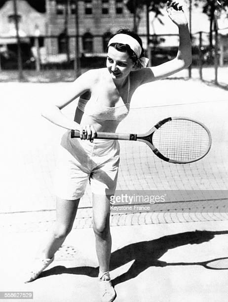 Jeune femme jouant au tennis vêtu d'un short et d'un soutiengorge à Chicago Illinois le 9 juillet 1932