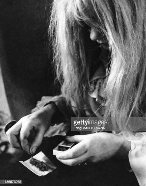 Jeune femme roulant un joint de canabis à Amsterdam, Pays-Bas.