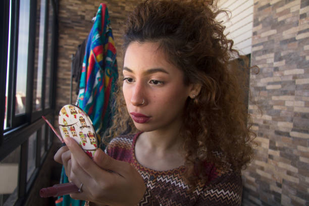 jeune femme se maquille