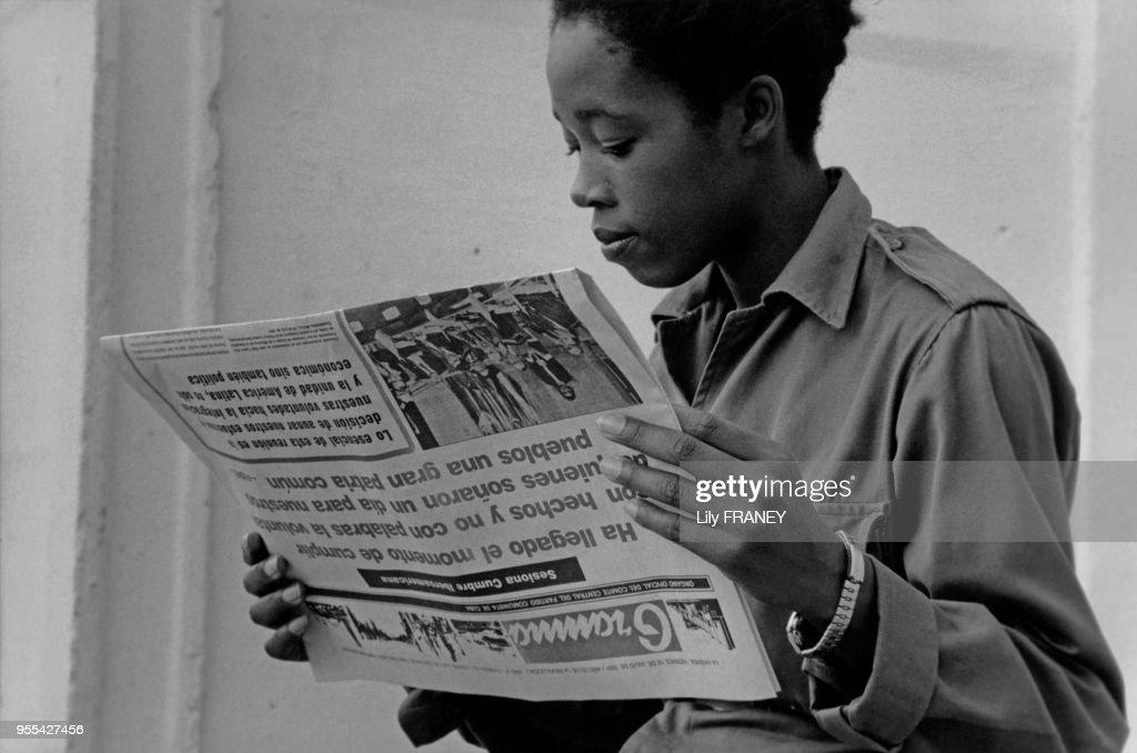 Jeune femme soldat lisant le journal à la Havane : Fotografía de noticias