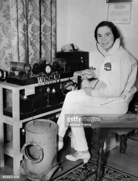 Jeune fille au micro d'une radio amateur à Pasadena Californie EtatsUnis en 1934