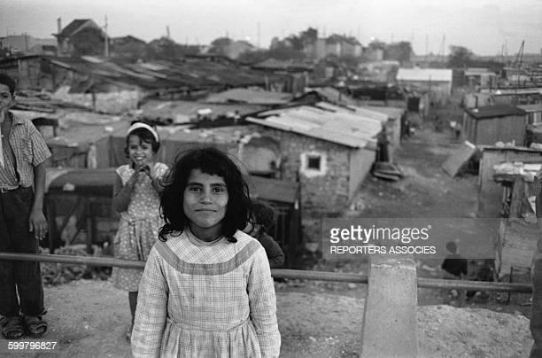 Jeune fille dans un bidonville de Nanterre en octobre 1961 en France