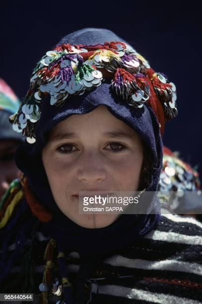 Jeune fille en costume traditionnel à Imilchil Maroc