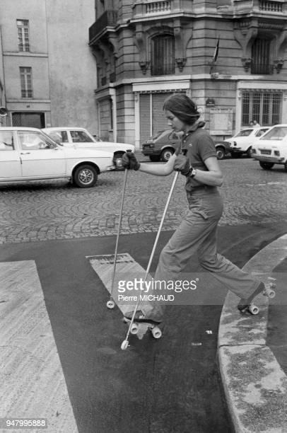 Jeune fille faisant du patin à roulettes dans la rue à Paris France