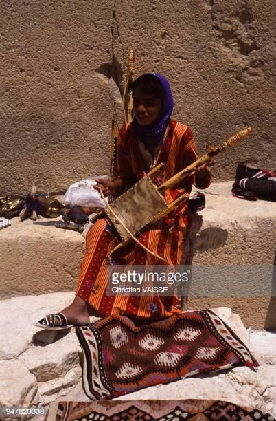 Jeune fille jouant du rabâb libanais dans la rue en Syrie
