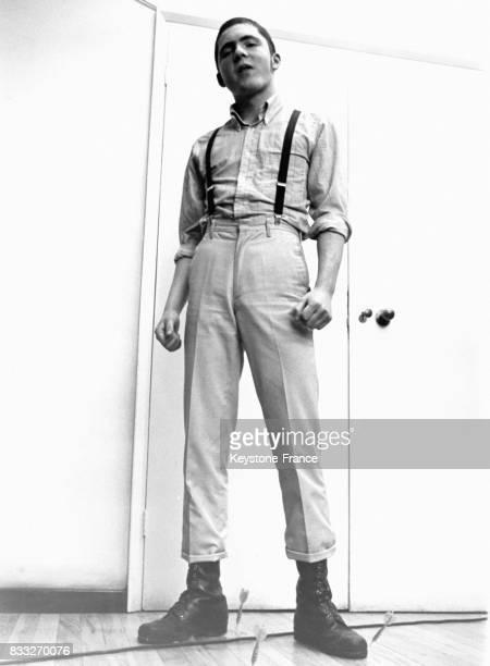 Jeune homme appartenant à la première mouvence skinhead prolétaire et apparentée à la mouvence mods RoyaumeUni circa 1960