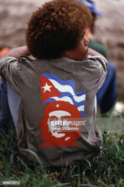 Jeune homme avec une chemise à l'effigie de Che Guevara lors d'un congrès du FLNKS le 9 février 1985 à Canala en NouvelleCalédonie