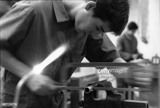 Jeune homme dans un centre d'apprentissage atelier plomberie SaintOuen SeineStDenis France