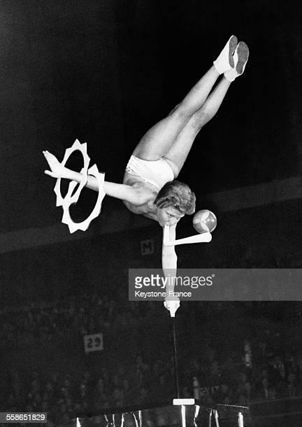 Jeune homme de 15 ans effectuant un numéro acrobatique au Bertram Mills Circus à Londres RoyaumeUni le 17 décembre 1953