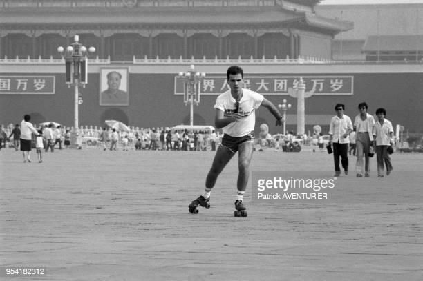 Jeune homme en patin à roulettes sur la place Tian'anmen à Pékin en juin 1987 Chine