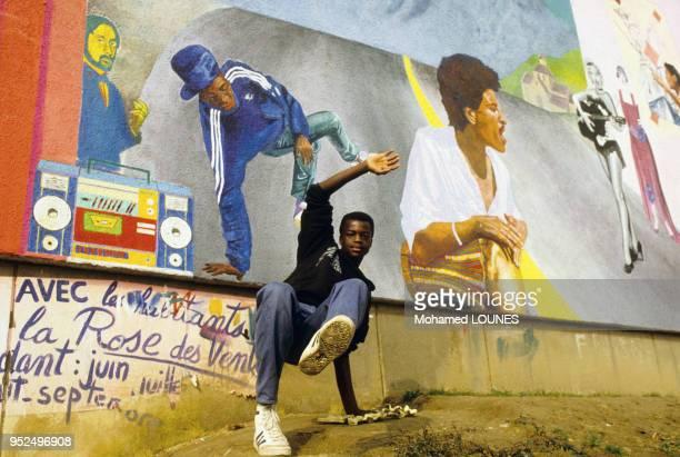 Jeune immigré qui danse du hip hop dans une cité d'Aulnay-sous-Bois en avril 1988, France.