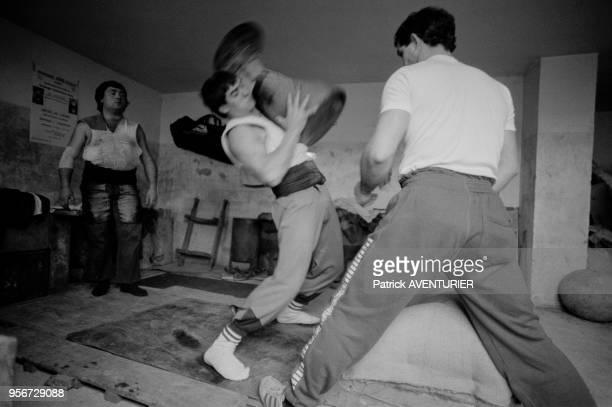 Jeune paysan basque s'entrainant à la lutte lors de jeux de forces aux PaysBasque en février 1987 France
