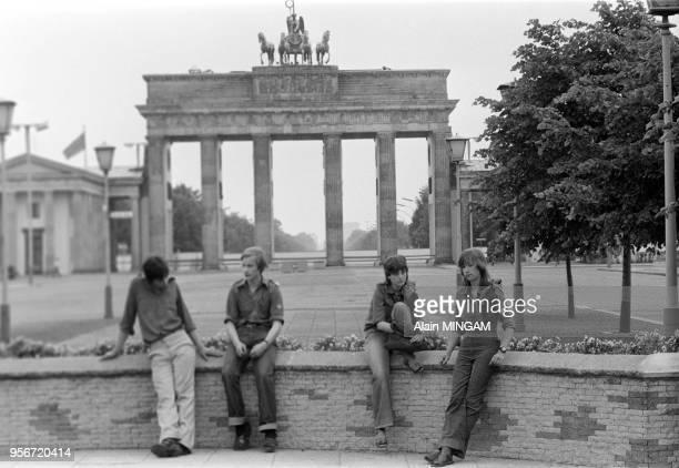 Jeunes allemands devant la Porte de Brandebourg lors des manifestations célébrant le 30ème anniversaire de la fondation de la RDA à BerlinEst le 1er...