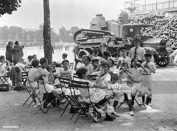 Jeunes athlètes participant à la Fête de la gymnastique au Jardin des Tuileries à Paris France le 14 juin 1931