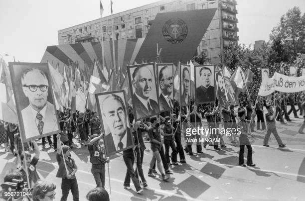 500000 jeunes d'Allemagne de l'Est défilent dans les rues de BerlinEst pour célébrer la 30ème Fête de la Jeunesse en bradissant des portraits des...