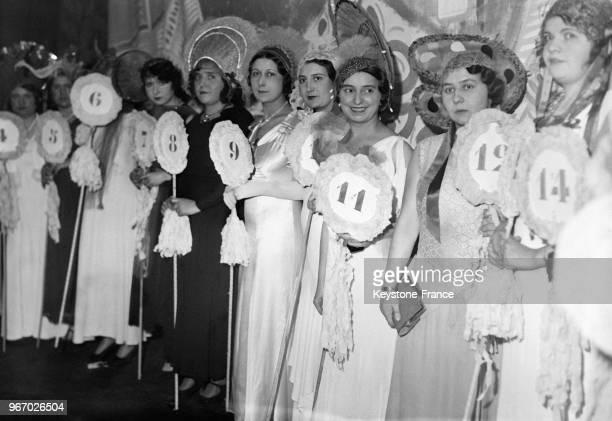 Jeunes femmes au concours des 'catherinettes' à Paris France le 25 novembre 1933