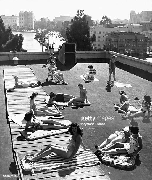 Jeunes femmes bronzant sur le toit de la YWCA 'Blue Triangle Club' aux EtatsUnis circa 1940