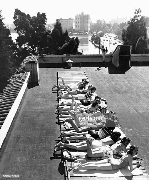 Jeunes femmes bronzant sur le toit de la YWCA 'Blue Triangle Club' à Oakland en Californie aux EtatsUnis circa 1940