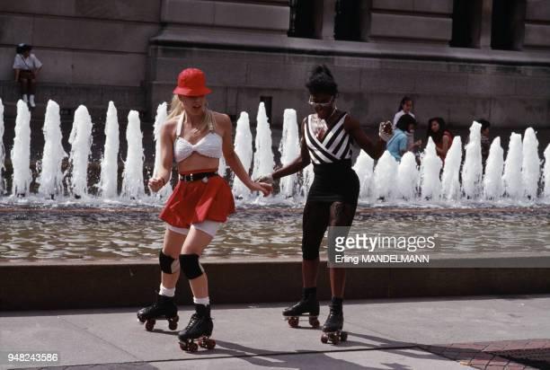 Jeunes femmes faisant du patin à roulettes à New York EtatsUnis