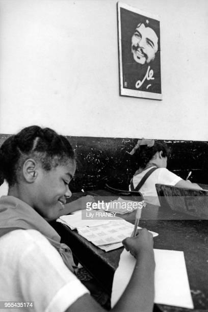 Jeunes filles en classe dans une école primaire de la Havane Cuba