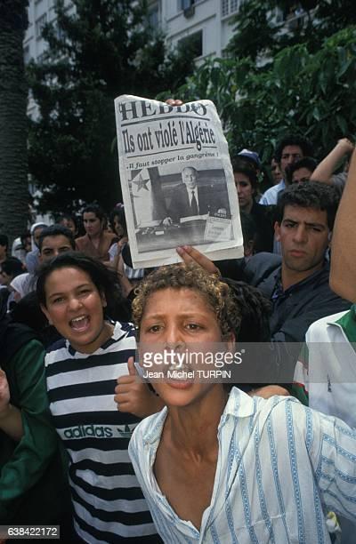 Jeunes gens dans la foule assistant aux obsèques de Mohamed Boudiaf chef de l'Etat algérien le 1er juillet 1992 à Alger Algérie