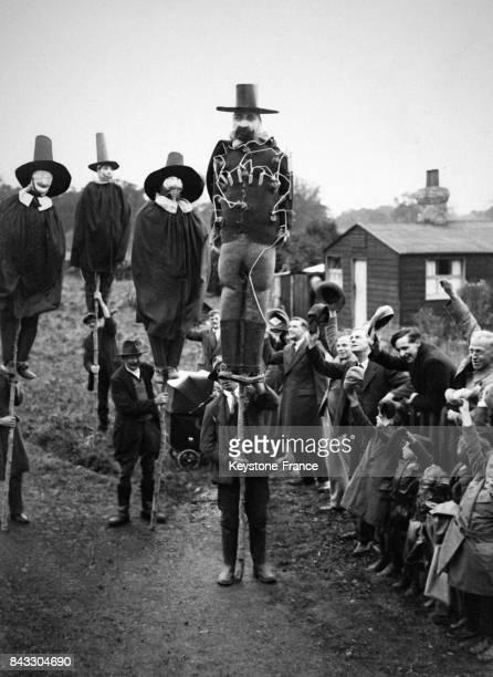 Jeunes gens s'apprêtant à brûler l'effigie de Guy Fawkes au RoyaumeUni le 5 novembre 1932