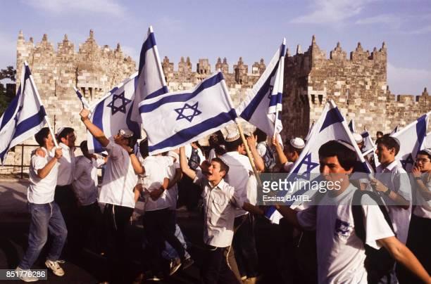 Jeunes israéliens agitant des drapeaux pour célébrer les 25 ans de la guerre des Six Jours le 31 mai 1992 à Jérusalem Israël