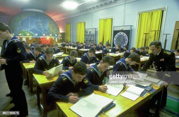 Jeunes élèves en train d'étudier dans une académie militaire en Russie en décembre 1990