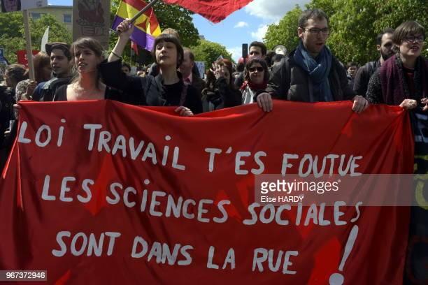 Jeunes manifestants avec une banderole ''Loi travail t'es foutue les sciences sociales sont dans la rue'' lors de la manifestation contre la loi...