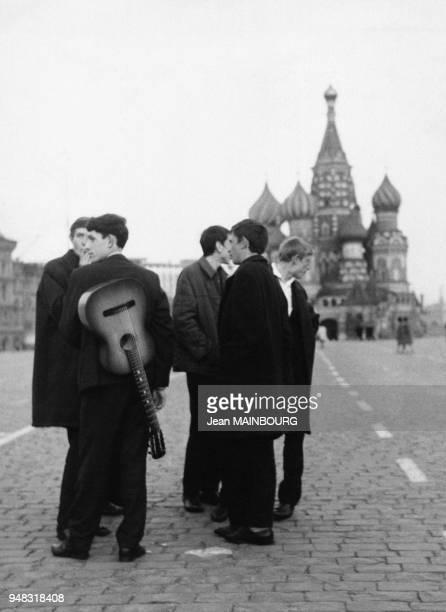 Jeunes musiciens devant la cathédrale BasileleBienheureux sur la Place Rouge lors de la Fête de la victoire de la Grande guerre patriotique le 9 mai...