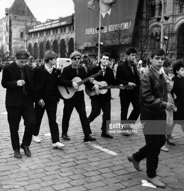 Jeunes musiciens sur la Place Rouge lors de la Fête de la victoire de la Grande guerre patriotique le 9 mai 1954 à Moscou Russie