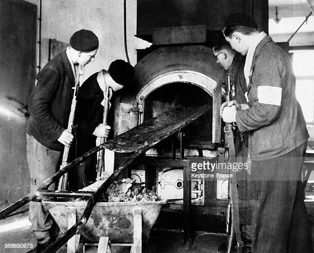 Jeunes patriotes français des Vosges près d'un four crématoire du camp de concentration de Struthof à Natzwiller France circa 1940