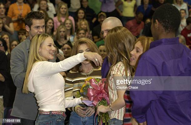 Jewel presents flowers to the Thompson family prior to Channel One benefit concert