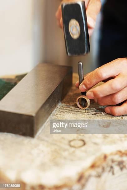 Juwelier an einem ring