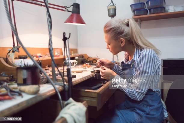 juweliere-workshop - handwerker stock-fotos und bilder