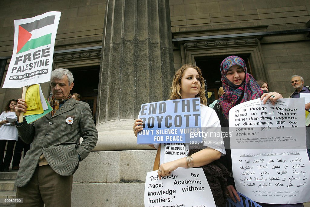 Jewish (C) and Muslim (R) women protest : News Photo