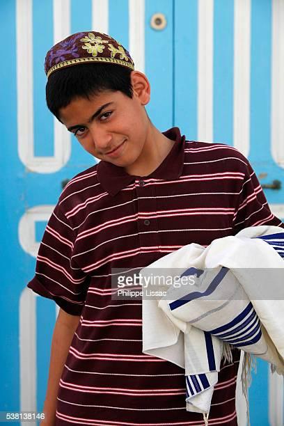 jewish boy carrying his prayer shawl - jewish prayer shawl stock-fotos und bilder