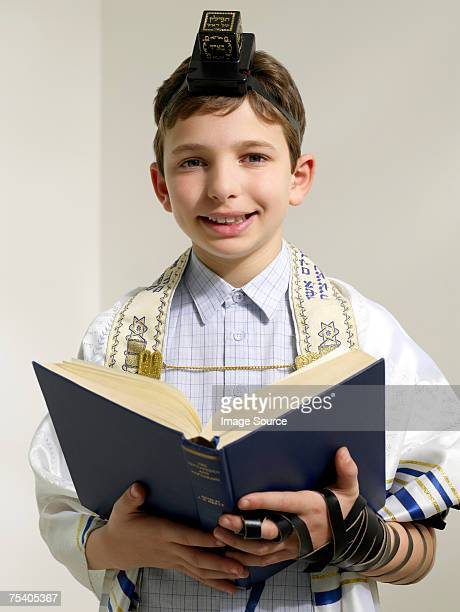 Jewish boy reading de siddur