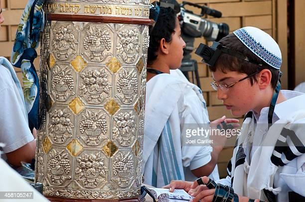 bar mitzvah at western wall - keppeltje stockfoto's en -beelden