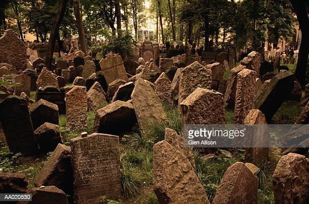 jewish cemetery in prague - judaísmo fotografías e imágenes de stock