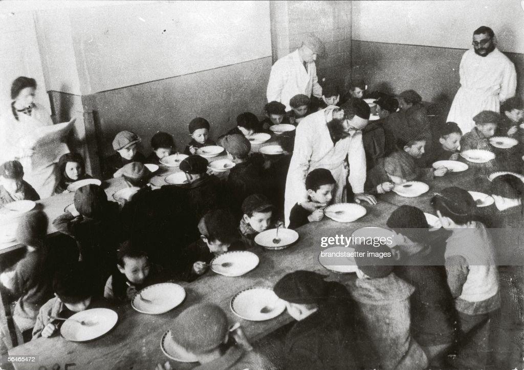 Jewish Children in the Warsaw Ghetto : News Photo