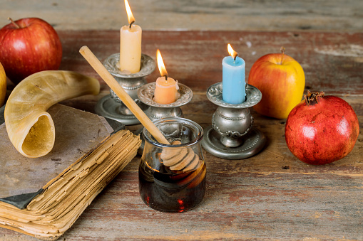 Jewish holiday honey and apples with pomegranate torah book, kippah a yamolka talit 1160463435